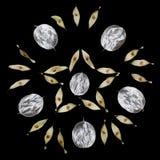 Patroon van ongebruikelijke die bladeren met een uiteinde op een zwarte achtergrond wordt geïsoleerd Textuur van zilveren bladere Royalty-vrije Stock Afbeeldingen
