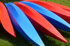 Patroon van Rode en Blauwe Kajaks Stock Foto