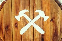 Patroon van twee hamers op een houten oppervlakte royalty-vrije stock foto's