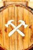 Patroon van twee hamers op een houten oppervlakte stock fotografie