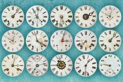Patroon van verschillende antiquiteit doorstane klokken stock afbeeldingen