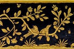 Patroonkunst Thailand, Vogeleiland op een tak Gouden strepen stock afbeeldingen