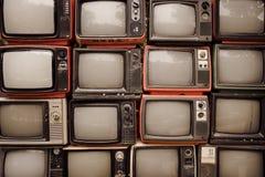Patroonmuur van stapel oude retro televisie stock afbeelding