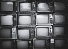 Patroonmuur van stapel zwart-witte retro televisie stock fotografie