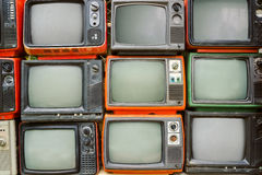 Patroonmuur van TV van de stapel kleurrijke retro televisie stock foto