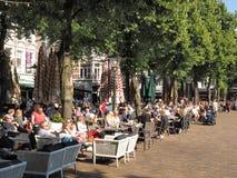 Patroons cafés en restaurants die bij het historische stadsvierkant frequenteren in Den Haag royalty-vrije stock afbeeldingen