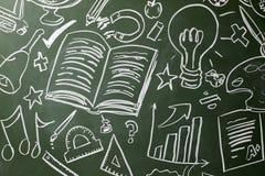 Patroszeni symbole szkolni tematy na chalkboard, zamykają up obraz royalty free