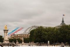 Patrouille de France pour le jour de bastille à Paris - la La PAF se renversent le 14 Juillet àParis Photographie stock libre de droits