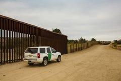 Patrouille de frontière conduisant près du mur Photographie stock libre de droits