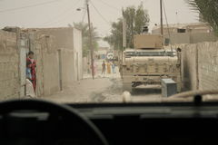 Patrouille de garantie de forces de coalition en Irak Photographie stock
