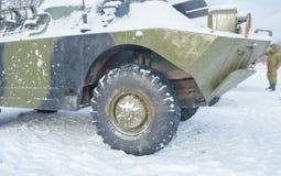 Patrouille de véhicule de reconnaissance d'armure pendant l'hiver photos libres de droits