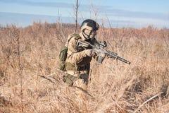 Patrouille des Soldaten mit Gewehr Stockbild
