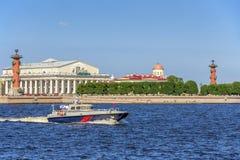 Patrouillenboot auf Wiederholung der Marineparade am Tag der russischen Flotte in St Petersburg lizenzfreie stockfotografie