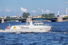Patrouillenboot des Kommandant-inleiters der Marine auf Wiederholungsmarineparade am Tag der russischen Flotte Lizenzfreies Stockbild