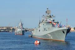 Patrouillenschiff Admiral Essen am Kopf der Spurspalten der Schiffe von der baltischen Flotte Marinetag in St Petersburg Lizenzfreie Stockfotos