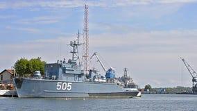 Patrouilleoorlogsschip bij pijler in haven van Baltiysk wordt vastgelegd die stock footage