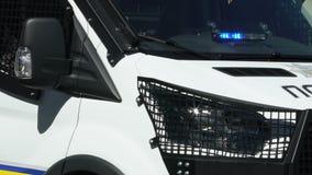Patrouillepolitiewagen op straat, behoud wordt geparkeerd van openbare orde, nationale wacht die stock videobeelden