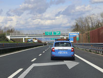 Patrouillierende Läufe des italienischen Polizeiwagens schnell auf dem freewat Stockbilder
