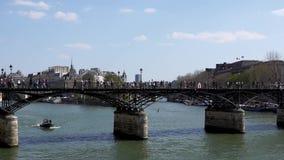 Patrulha da brigada do rio sob a ponte de Pont des Arts no Seine River - a Paris filme