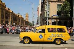 A patrulha de RACV presta serviços de manutenção ao carro durante a parada do dia de Austrália em Melbourne Imagens de Stock