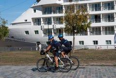Patrulha do agente da polícia em uma bicicleta Fotos de Stock Royalty Free