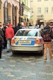 Patrull för polisbil i den Prague staden Arkivfoton