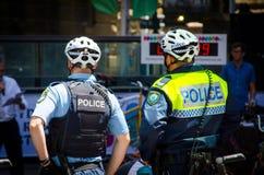 Patrulla de la bicicleta de la fuerza de policía de Nuevo Gales del Sur en caso de Sydney Rides Festival en Martin Place foto de archivo