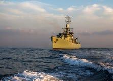 Patrulla del buque de guerra y proteger en el mar fotografía de archivo