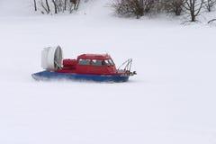 Patrulla del snowmobile del servicio de rescate de servicio en invierno Imágenes de archivo libres de regalías