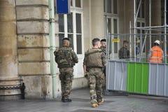 Patrulla del soldado francés y de la comprobación que caminan seguridad alrededor en Gare de París-Est o París Gare de l ferrocar Fotos de archivo libres de regalías