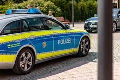 Patrullar policía en pueblo alemán foto de archivo