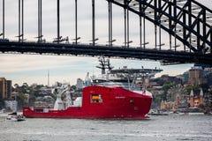 Patrullera oceánica que pasa debajo de Sydney Harbour Bridge foto de archivo libre de regalías