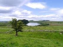 Patrzeć Crag Lough nad Hadrian ścianą Obrazy Stock