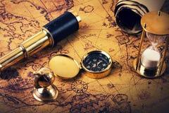 Patrzeć dla przygody pojęcia - rocznik nawigaci rzeczy Fotografia Royalty Free