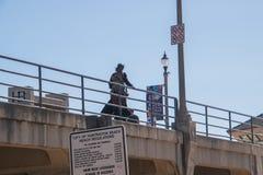 Patrzeć do mola z miasto regułami podpisuje widocznego zdjęcia stock