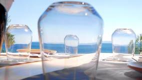 Patrzeć morze przez szkieł na kawiarnia stole zbiory