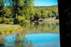 Patrzeć nad jeziorem przy stróżówką przy Błękitnym świerczyna parkiem w Pennsylwania obraz royalty free