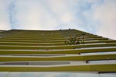 Patrzeć niebieskie niebo od pierwszego piętra zdjęcia stock
