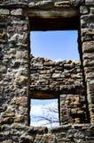 Patrzeć Przez Antycznego Windows przy niebieskim niebem z Nagimi gałąź i chmurami Obrazy Stock
