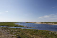 Patrzeć przez Maguse Rzeczną północ Arviat Zdjęcie Stock