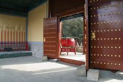 Patrzeć przez otwartego wejścia wielki czerwony bęben przy świątynią Confucius zdjęcie stock