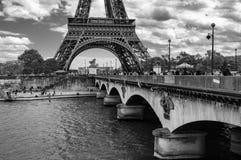 Patrzeć Przez Pont d «Iena w kierunku wieży eiflej fotografia stock