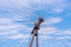 Patrzeć przez sławnego Londyńskiego oka w Londyńskim Anglia Obrazy Royalty Free