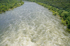Patrzeć szybkiego chodzenie wody kłoszenia puszka strumienia Zdjęcia Royalty Free