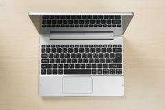 Patrzeć w dół na otwartym laptopie zdjęcie stock