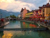Patrzeć wzdłuż Le Thiou rzeki w Annecy Francja przy opóźnionym wieczór obrazy stock