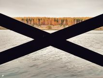 Patrzeć jezioro przez altany zdjęcie stock