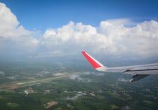 Patrzeć przez nadokiennego samolotu podczas lota Fotografia Royalty Free