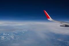 Patrzeć przez nadokiennego samolotu podczas lota Zdjęcie Stock