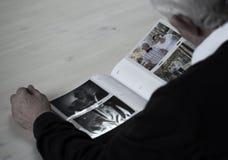 Patrzeć w rodzinnego album fotograficznego Zdjęcie Royalty Free